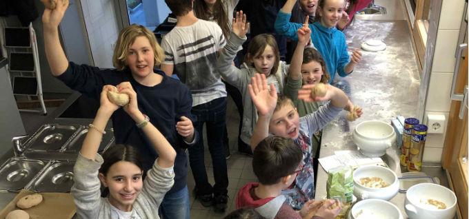 Minis backen Brot für Solibrot-Aktion des Frauenbundes